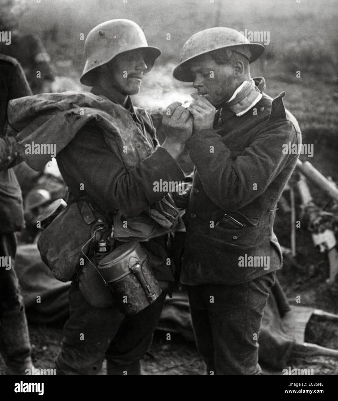 Deutscher Soldat, einem britischen Soldat ein Licht \