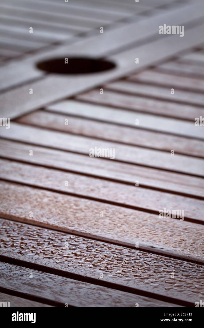 Tröpfchen auf Holztisch Stockbild