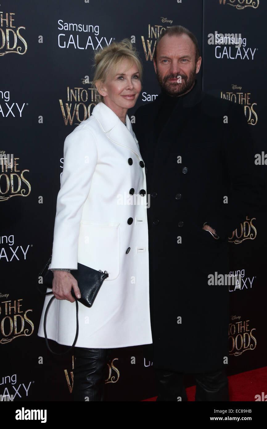 """New York, USA. 8. Dezember 2014. Singer Sting (R) und Frau Trudie Styler besuchen Sie die """"Into The Woods""""-Premiere im Ziegfeld Theatre am 8. Dezember 2014 in New York City. Bildnachweis: Debby Wong/Alamy Live-Nachrichten Stockfoto"""