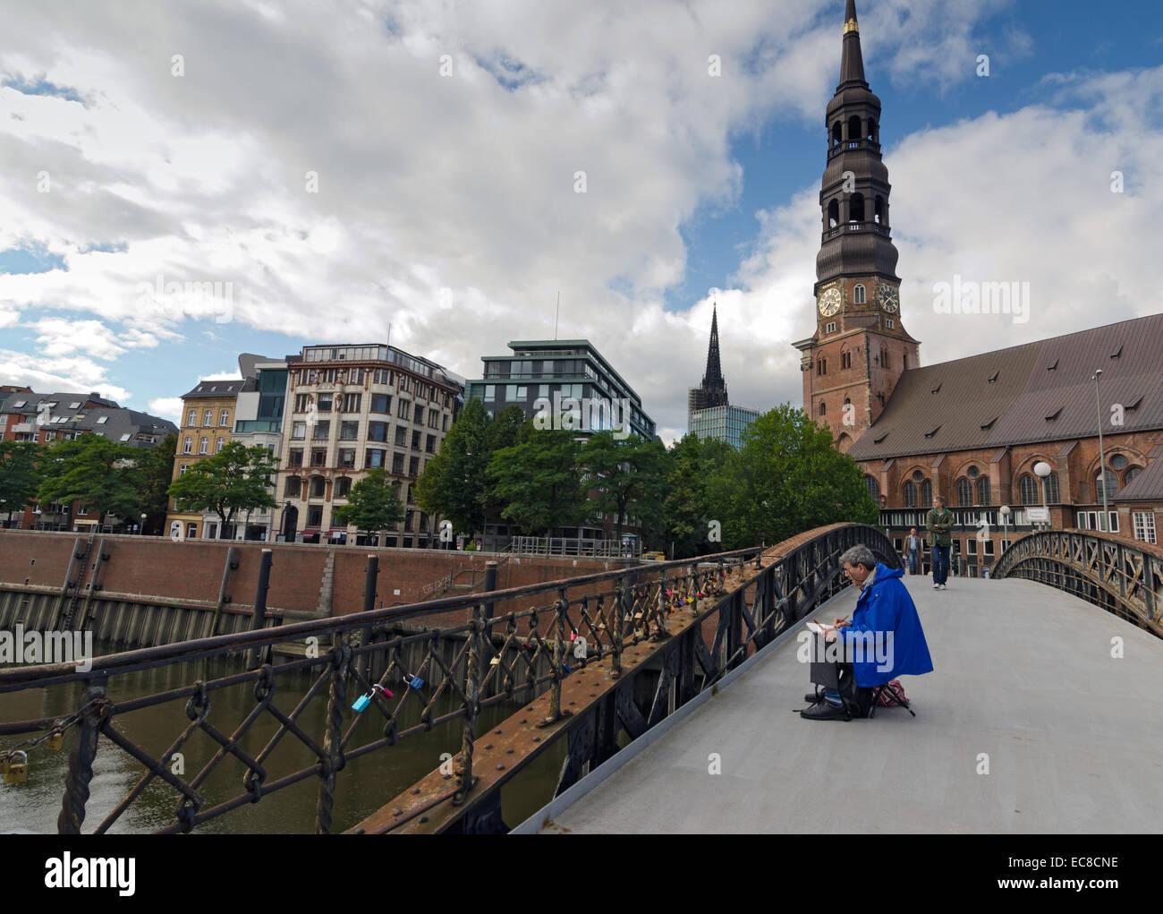 HAMBURG, Deutschland-26. SEPTEMBER: Maler auf einer Brücke über einen Kanal am 26. September 2013. Stockbild