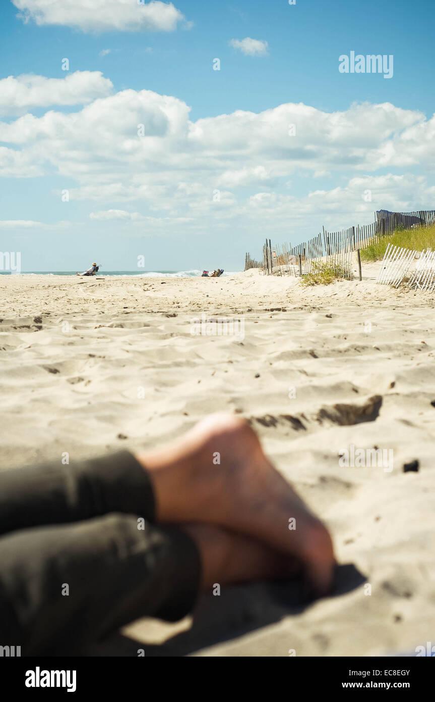 Eine junge kanadische Urlaub in New York saugt die Sonne am Strand von Montauk am letzten offiziellen Tag des Sommers Stockbild