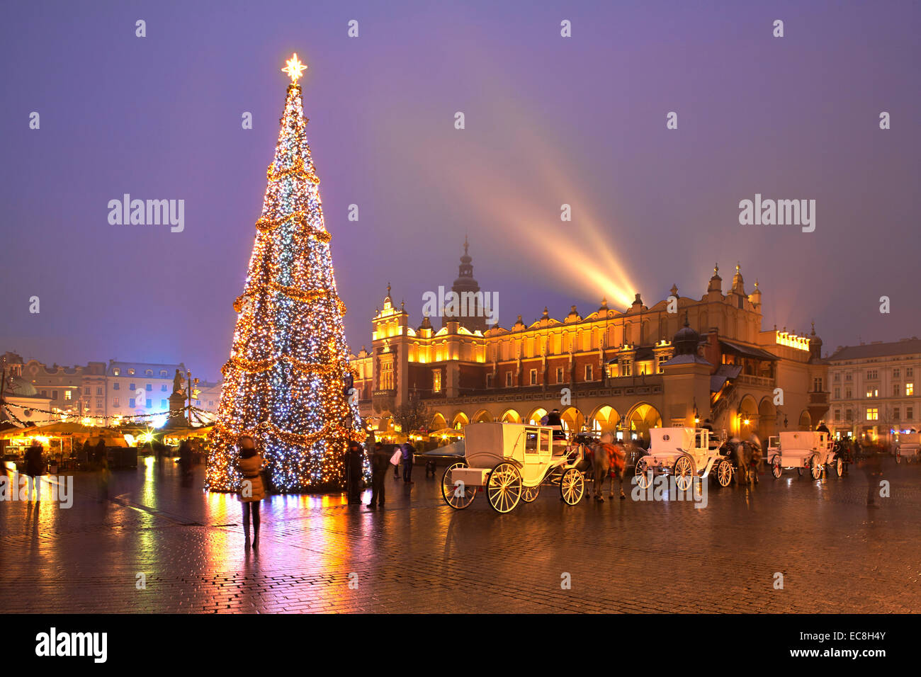 polen krakau weihnachten markt rynek glowny twilight stockfoto bild 76406427 alamy. Black Bedroom Furniture Sets. Home Design Ideas