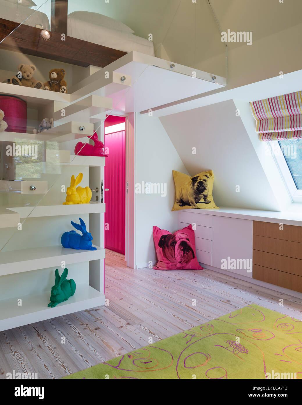 Bulldog print Kissen und Mauerstruktur farbig Dürer Hasen Künstlers Ottmar Horl im Kinderschlafzimmer Stockbild