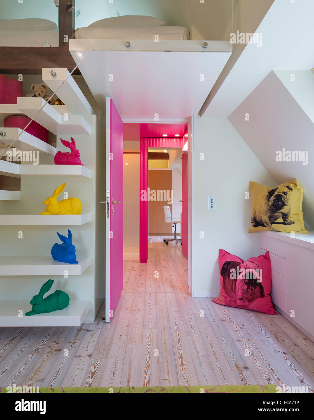 Bulldog print Kissen und Mauerstruktur farbig Dürer Hasen Künstlers Ottmar Hörl im Kinderschlafzimmer Stockbild