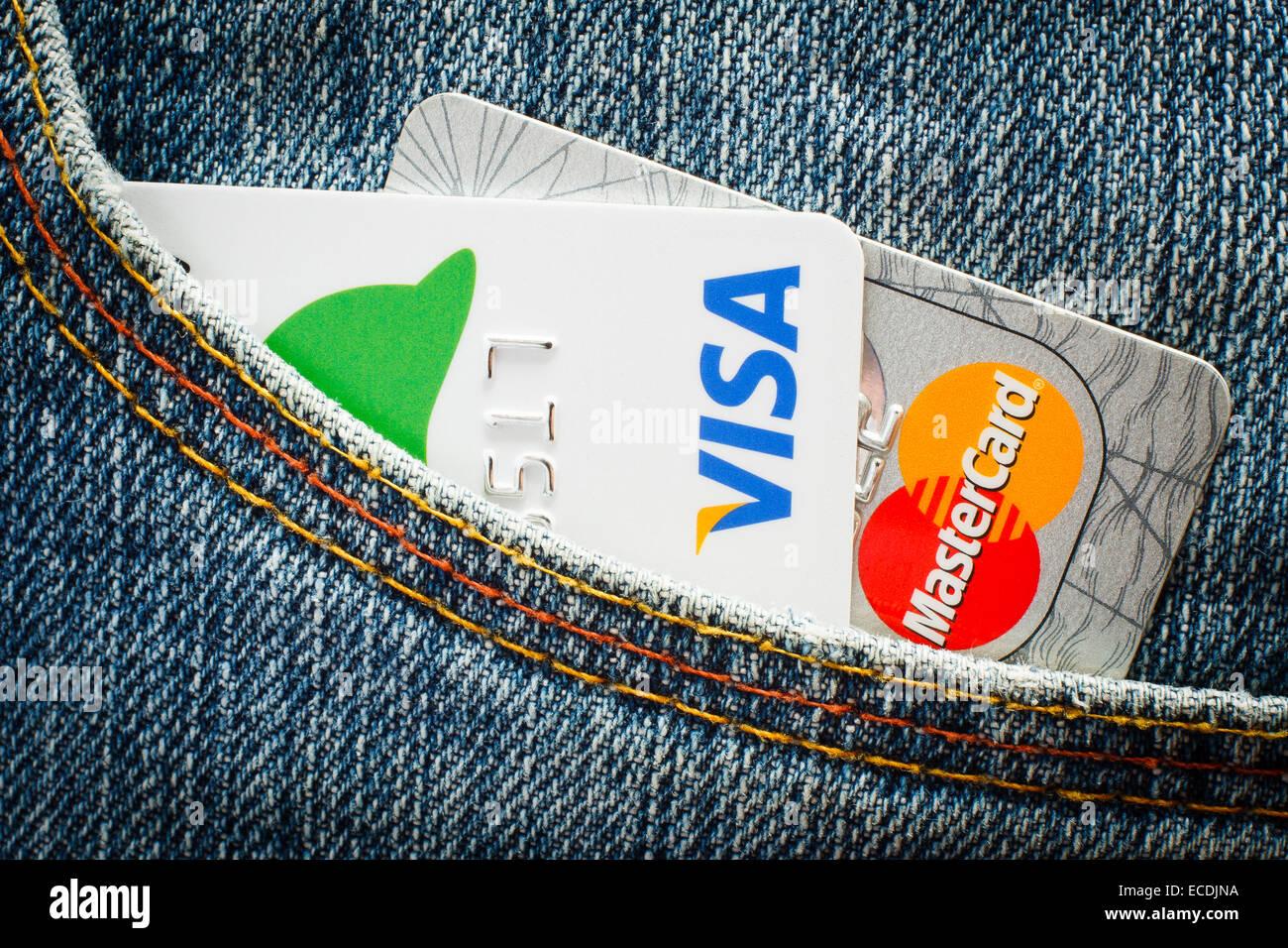 DANZIG, POLEN - 10. JULI 2014. Visacard und Mastercard Karte in Jeans-Tasche. Nur zur redaktionellen Verwendung Stockbild