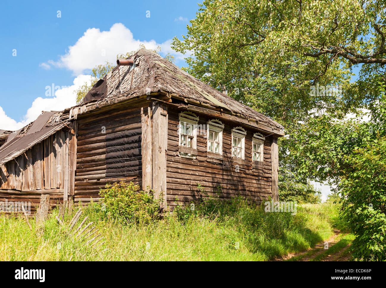 alte h lzerne verlassene haus im russischen dorf nowgorod russland stockfoto bild 76517806. Black Bedroom Furniture Sets. Home Design Ideas