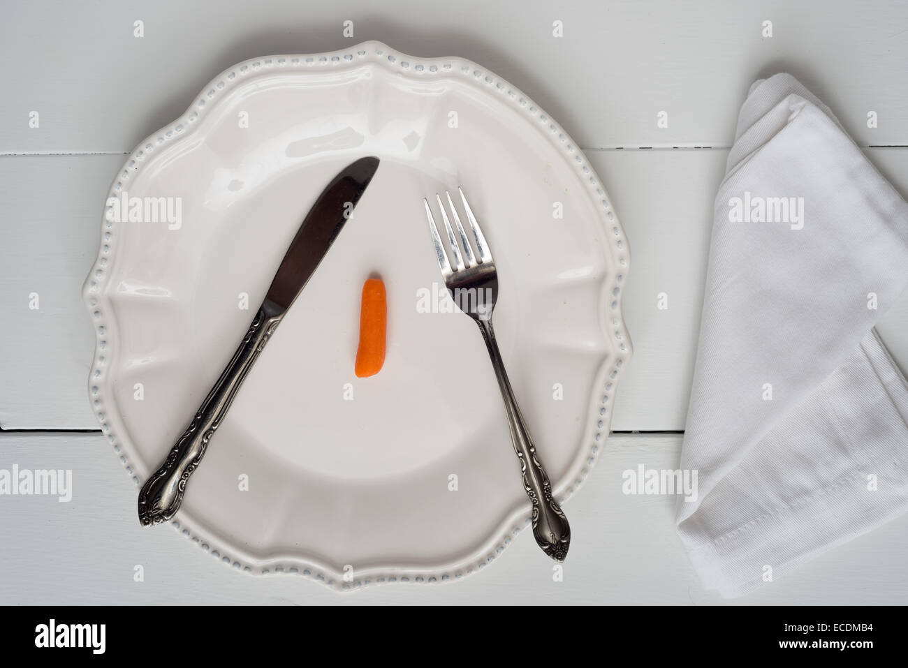 Gewicht Verlust Neujahrs Konzept - einzelne Karotte auf einem Teller Stockbild