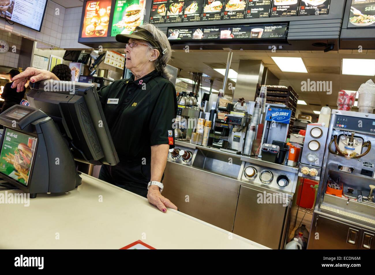Springfield Illinois McDonalds Fastfood Restaurant Zähler senior Frau Mitarbeiter Arbeitsuniform Stockbild