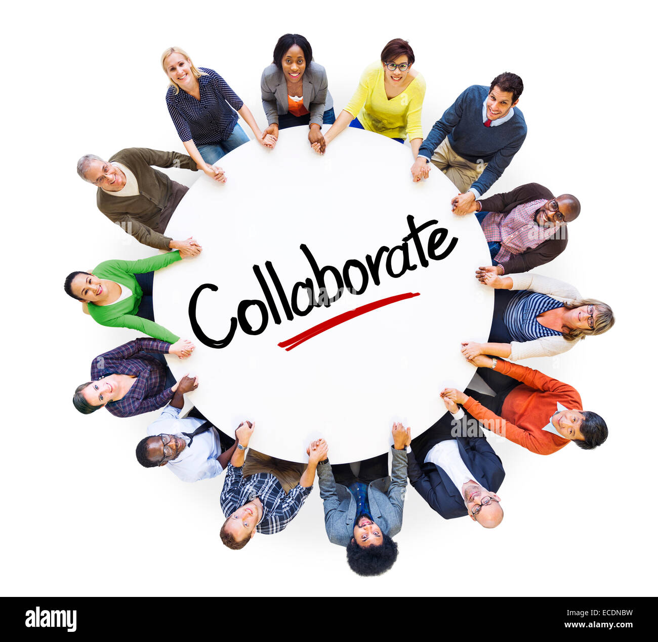 Unterschiedliche Menschen in einem Kreis mit zusammenarbeiten Konzept Stockbild