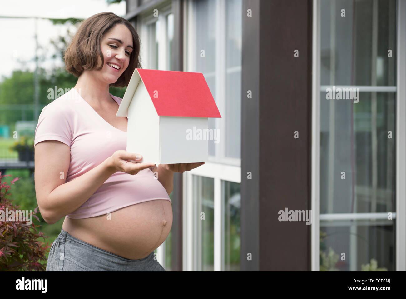 Frau, Modell Haus positive Zukunft Stockbild