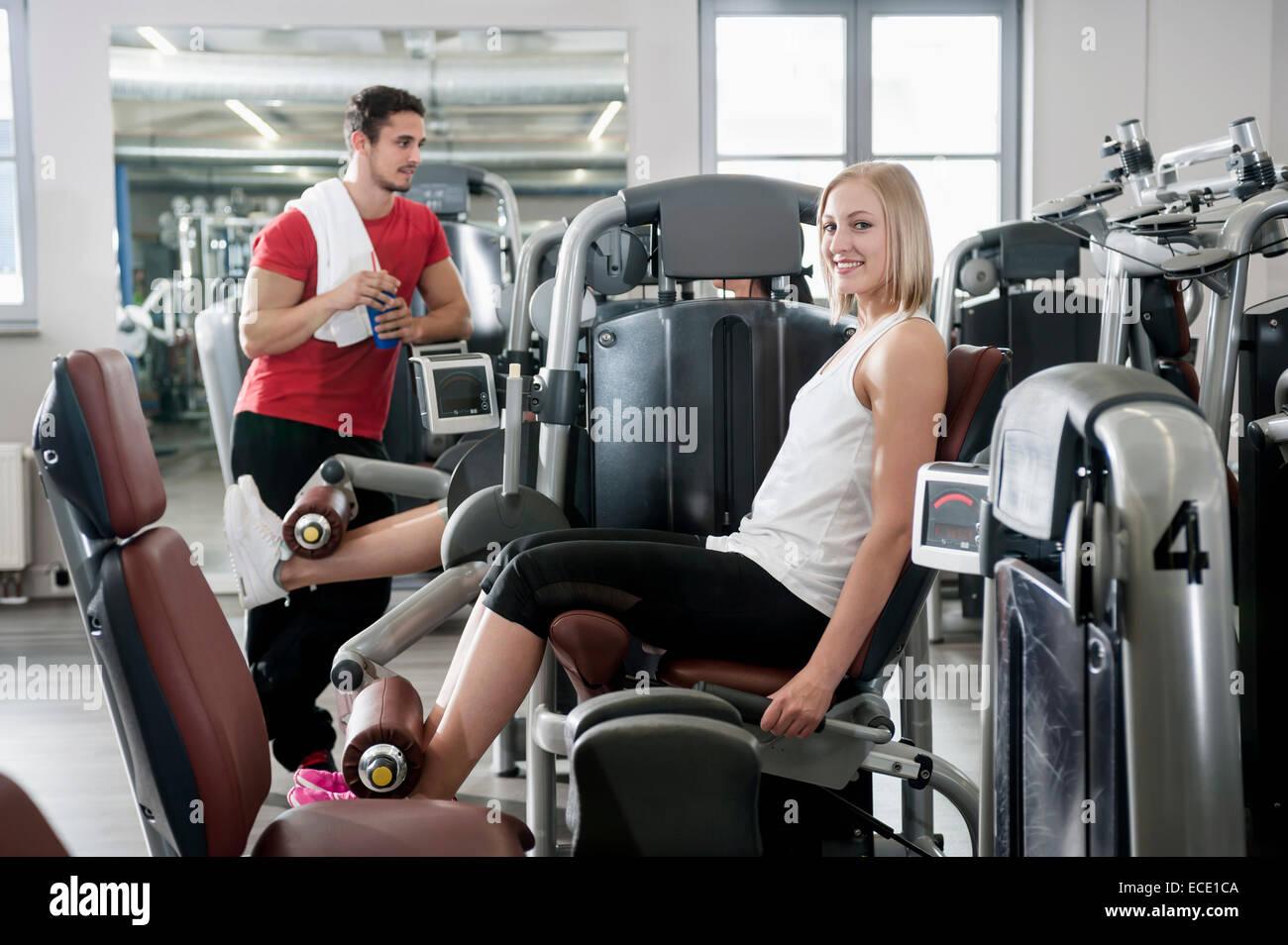 Porträt-Frau-Fitness-Studio-Mann-Sport passen Stockbild