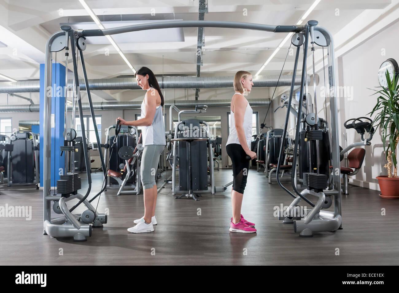Zwei junge Frauen Fitness Studio Sport praktizieren Stockbild