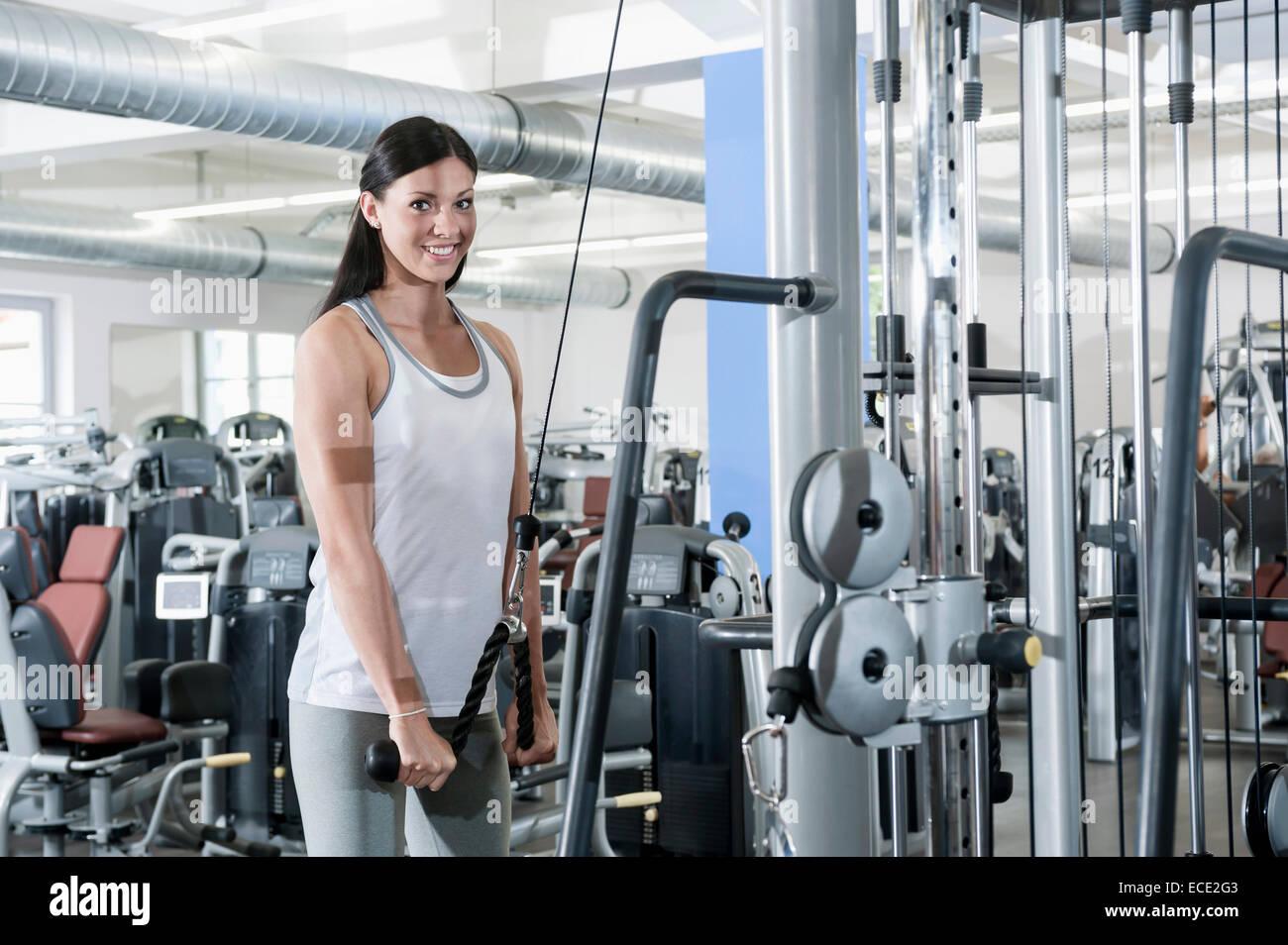 Attraktive junge Frau Porträt-Fitness-studio Stockbild