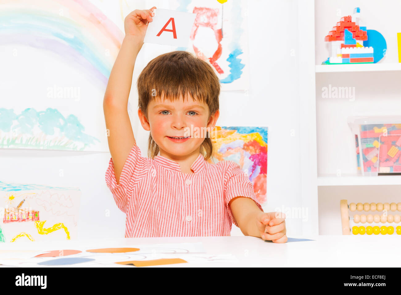 Intelligente wenig Vorschule junge zeigt Flashcard mit Buchstaben in ...