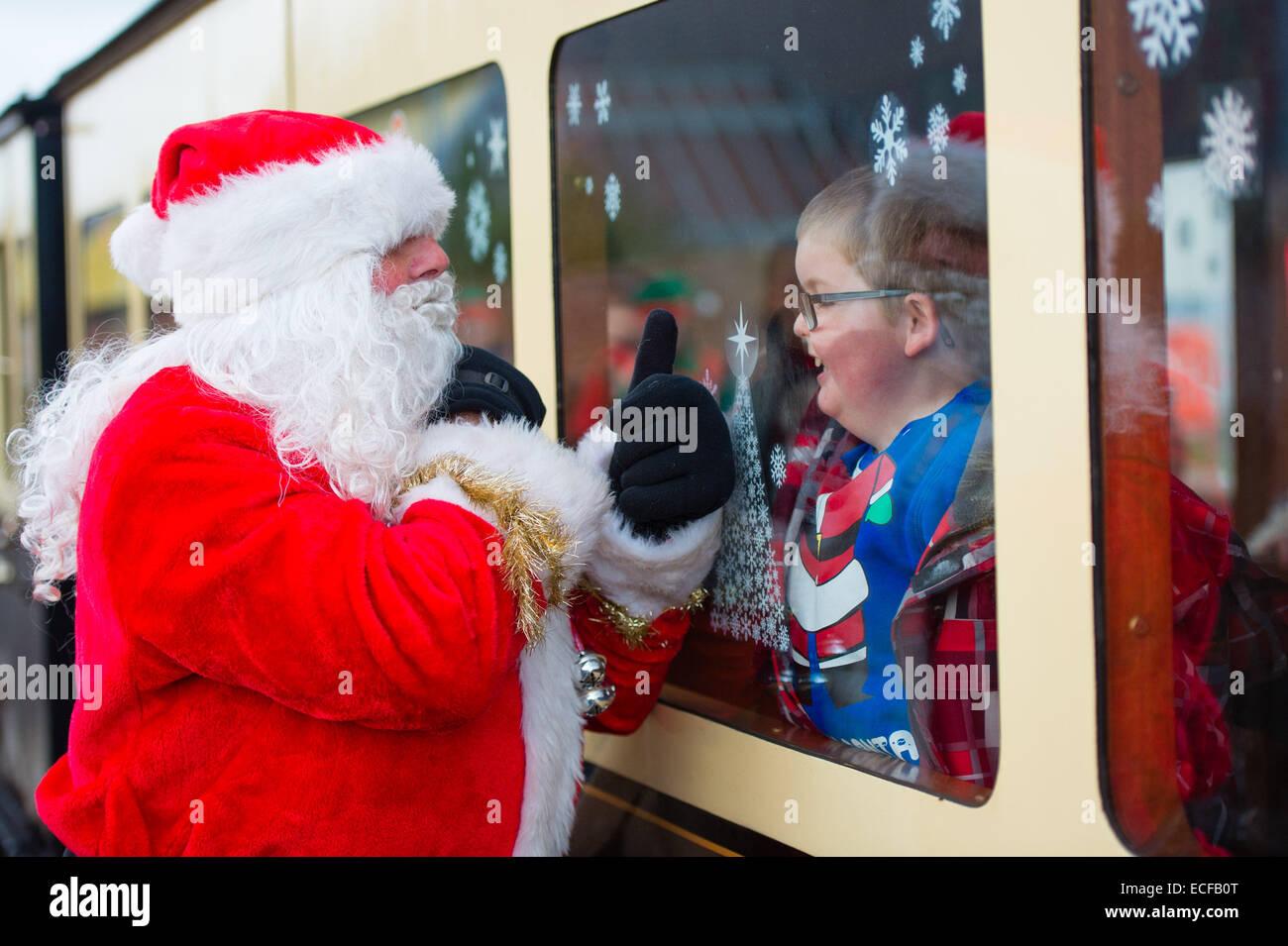 Aberystwyth, Wales, UK. 13. Dezember 2014.   Santa Claus, einsteigen in das Vale of Rheidol Schmalspur Dampfeisenbahn Stockbild