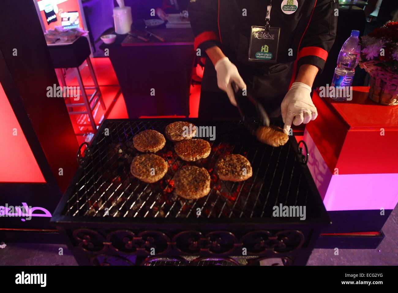 Chef Cooking Burgers Stockfotos & Chef Cooking Burgers Bilder - Alamy