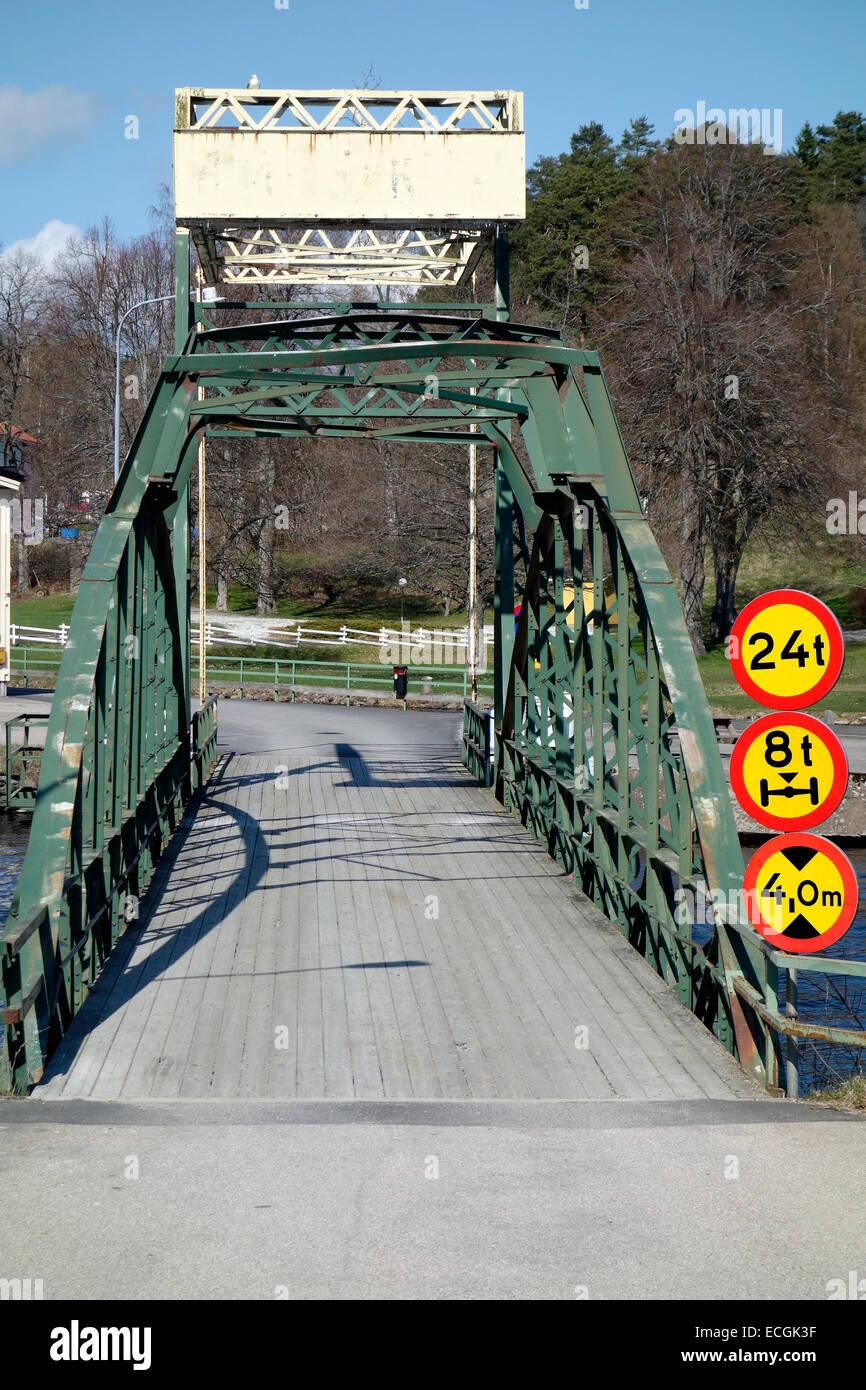 Brücke mit Einschränkungen. Verbots-und Verkehrsschilder Stockbild