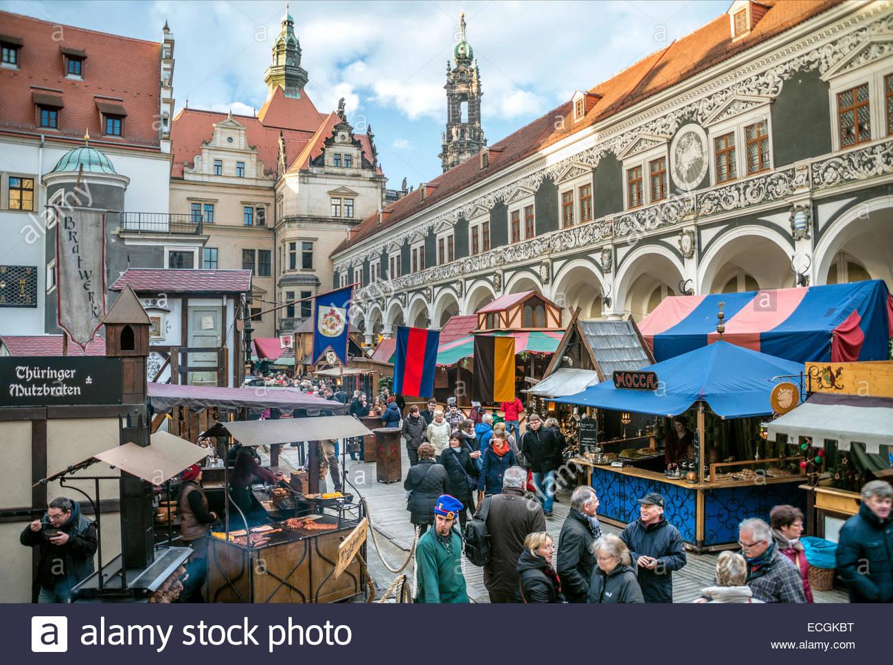 Mittelalterlicher Weihnachtsmarkt am Schloss Dresden, Sachsen, Deutschland.   Mittelalter-Weihnachtsmarkt Im Stallhof Stockbild