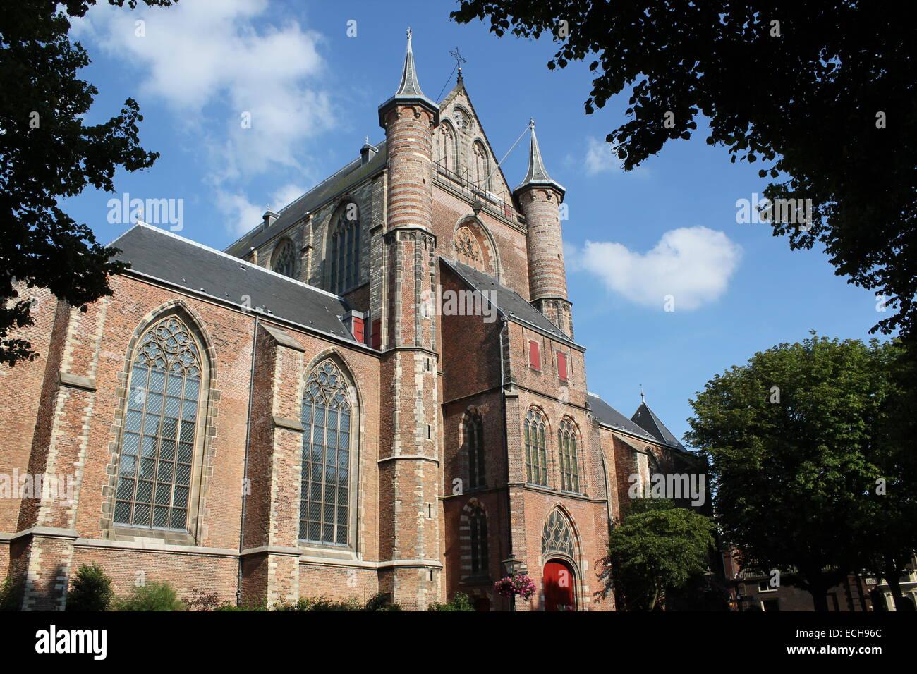 Außenfassade des 15. Jahrhunderts Pieterskerk, gewidmet St. Peter die spätgotische Kirche in Leiden, Niederlande Stockfoto