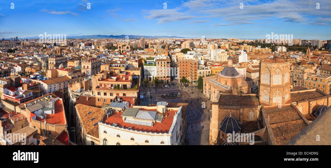 Hohen Aussichtspunkt Panorama von Valencia, Spanien und der Plaza De La Seu und die Kathedrale vom Glockenturm Miguelete Stockbild