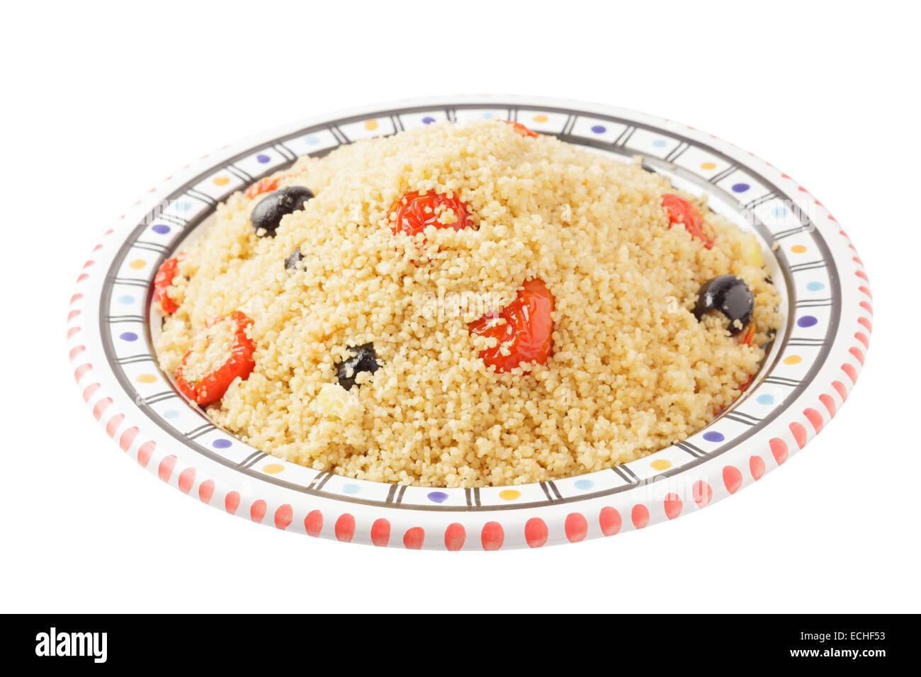 Couscous mit Oliven und Sonne errötete Tomaten Stockbild