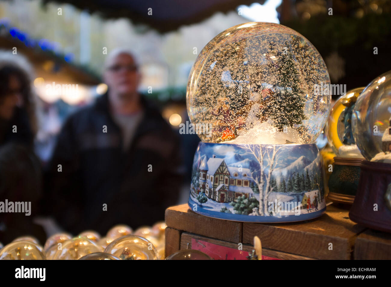 Schneekugeln zum Verkauf auf der Londoner Weihnachtsmarkt in der ...