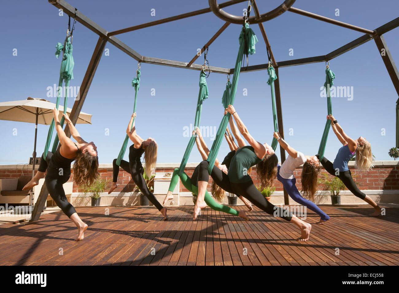 Eine Gruppe führt aerial Yoga. Stockbild