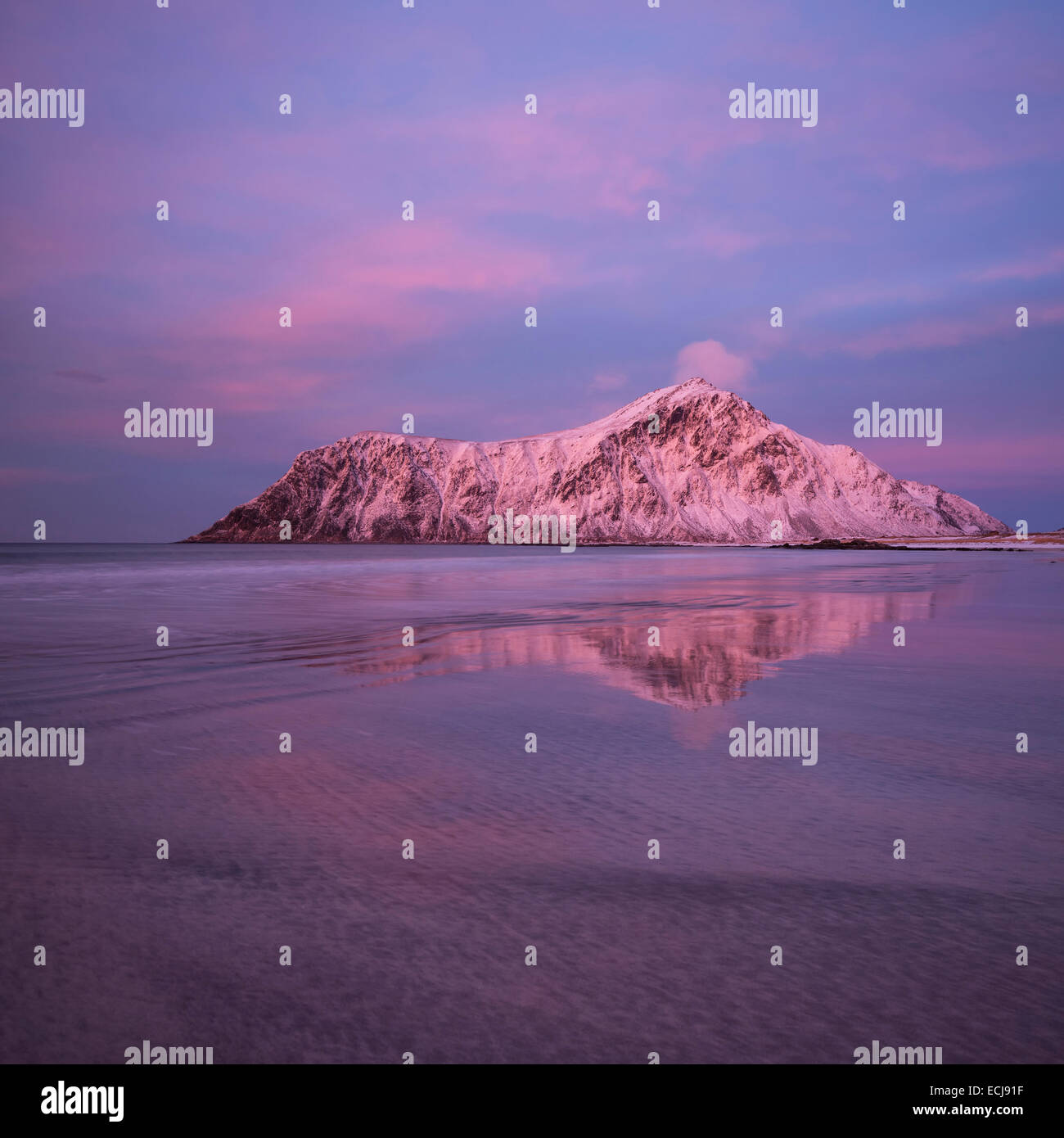 Hustind Berggipfel leuchtet rosa über Skagsanden Strand, Flakstad, Flakstadøy, Lofoten Inseln, Norwegen Stockbild