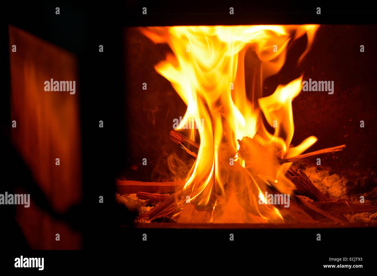 Ein Offener Kamin Tür Mit Warmen Feuer Flamme Bei Einem Kalten Wintertag.  Stockbild