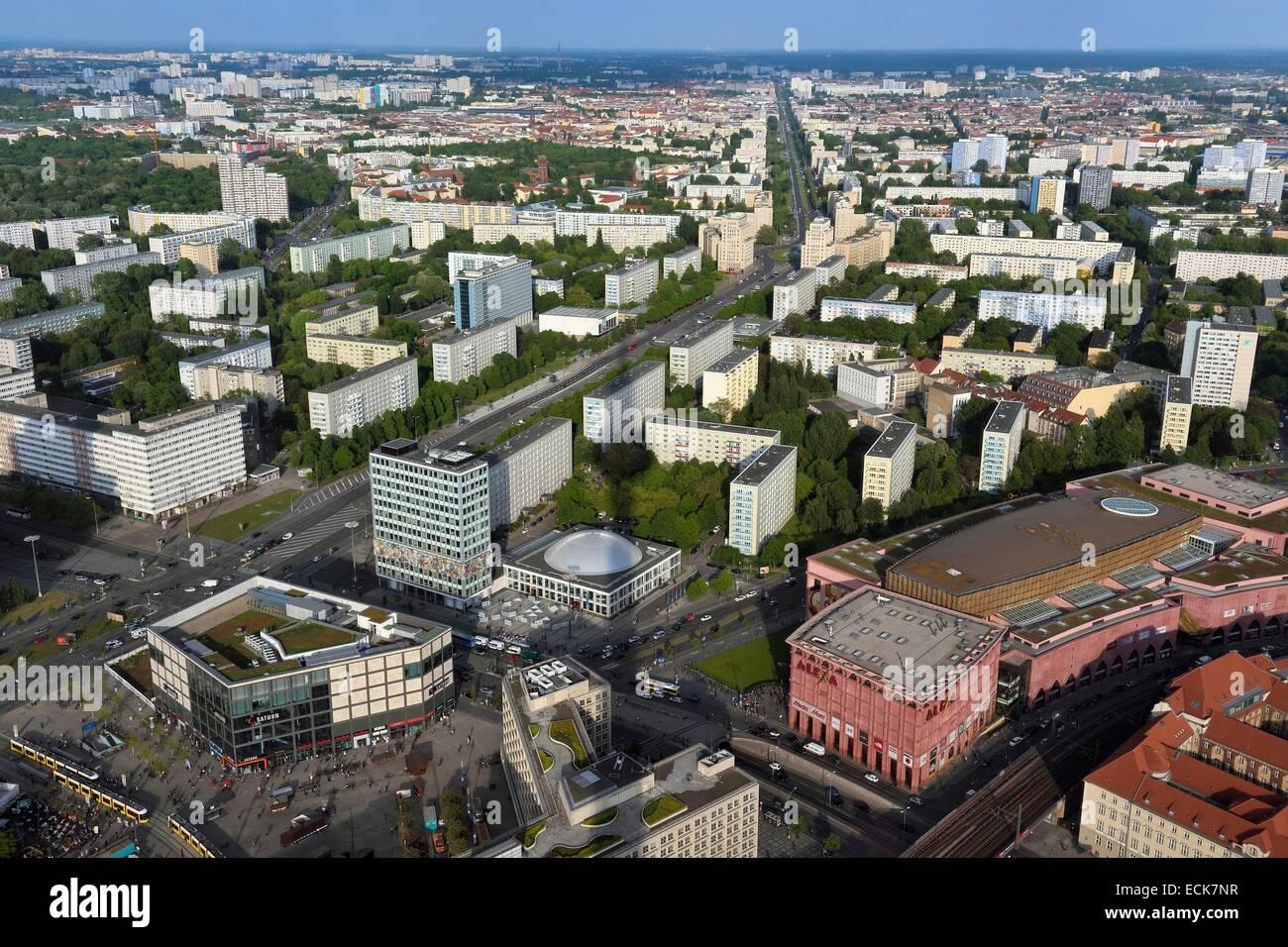 Deutschland, Berlin, Berlin-Mitte, Alexanderplatz im Vordergrund, Karl-Marx-Allee ist die größte Arterie des Landes Stockfoto
