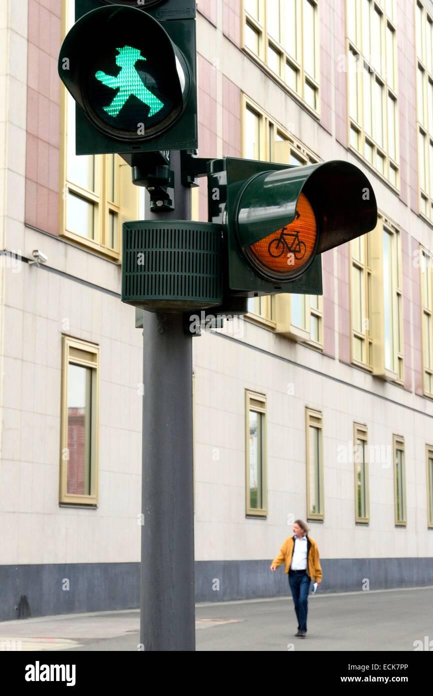 Deutschland, Berlin, Ampelmann, rot und grün Männer auf Fußgängerampel in der ehemaligen DDR Stockfoto