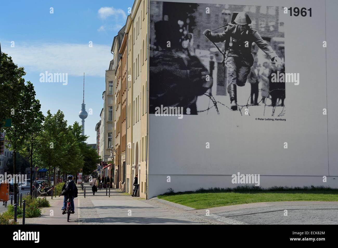 Deutschland Berlin Bernauer Strasse An Der Ecke Brunnenstrasse Gedenkstatte Berliner Mauer Gedenkststte Berliner Mauer Und Der Tv Turm Im Hintergrund Stockfotografie Alamy