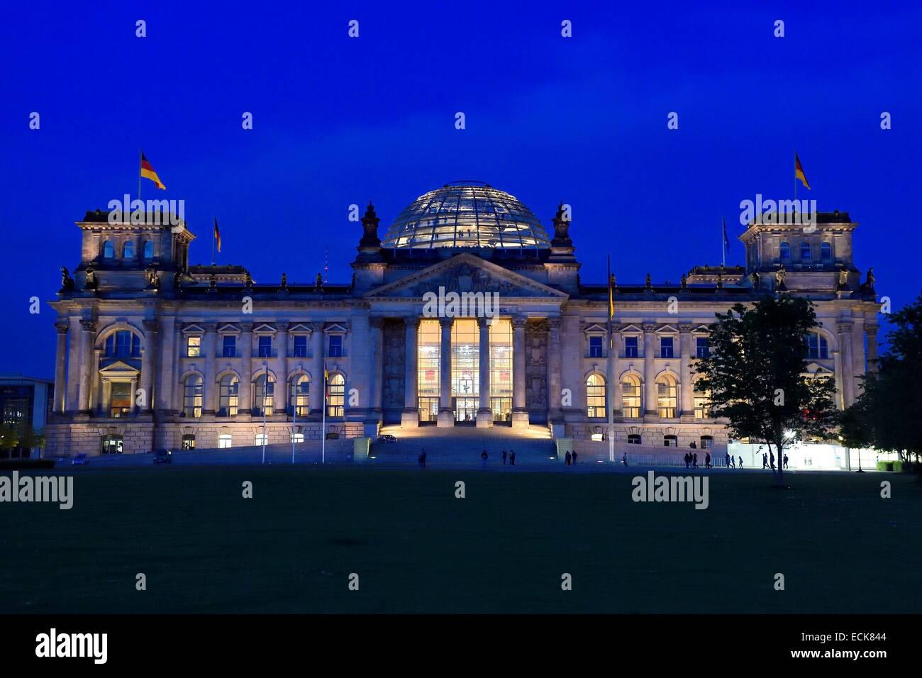 Deutschland, Berlin, Reichstag mit der Bundestag (Deutsch Parlement seit 1999) Glaskuppel des Architekten Sir Norman Stockbild