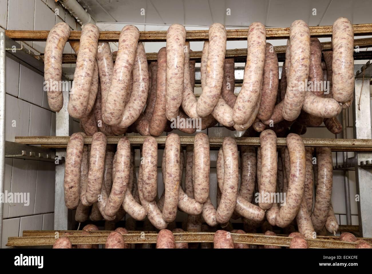 Frankreich, Doubs, Mandeure, Metzger Rosales, wodurch Saucisse d Montbeliard, trocknen vor dem Rauchen Stockbild