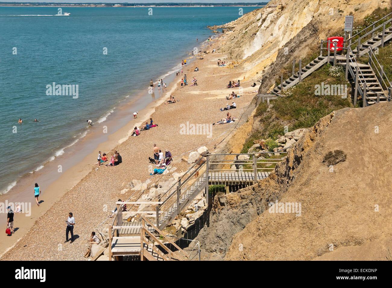 Horizontale Luftaufnahme von Touristen am Strand von Alum Bay auf der Isle Of Wight. Stockfoto