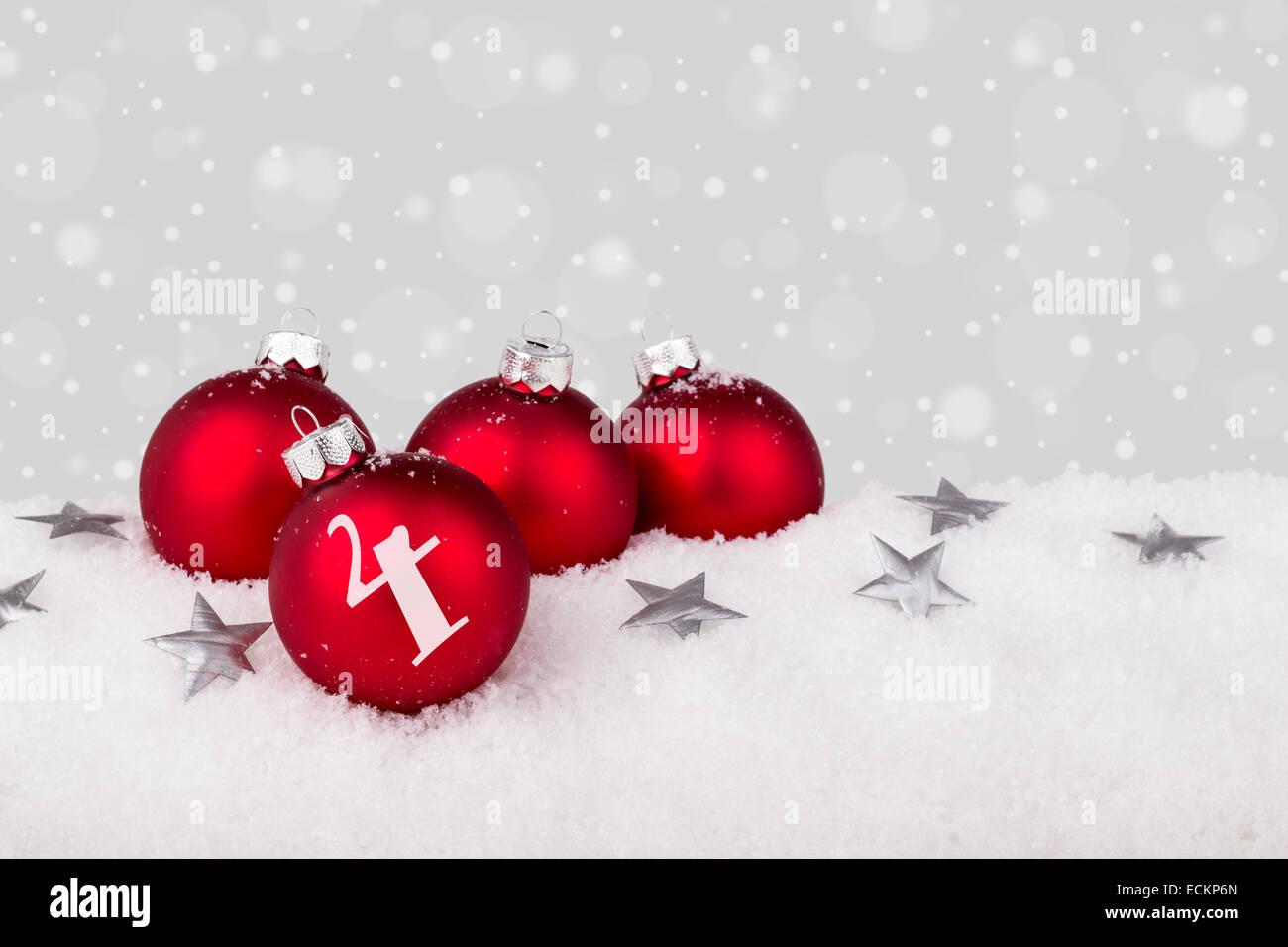 Rote Christbaumkugeln.Rote Christbaumkugeln Mit Platz Vier Im Schnee Stockfoto