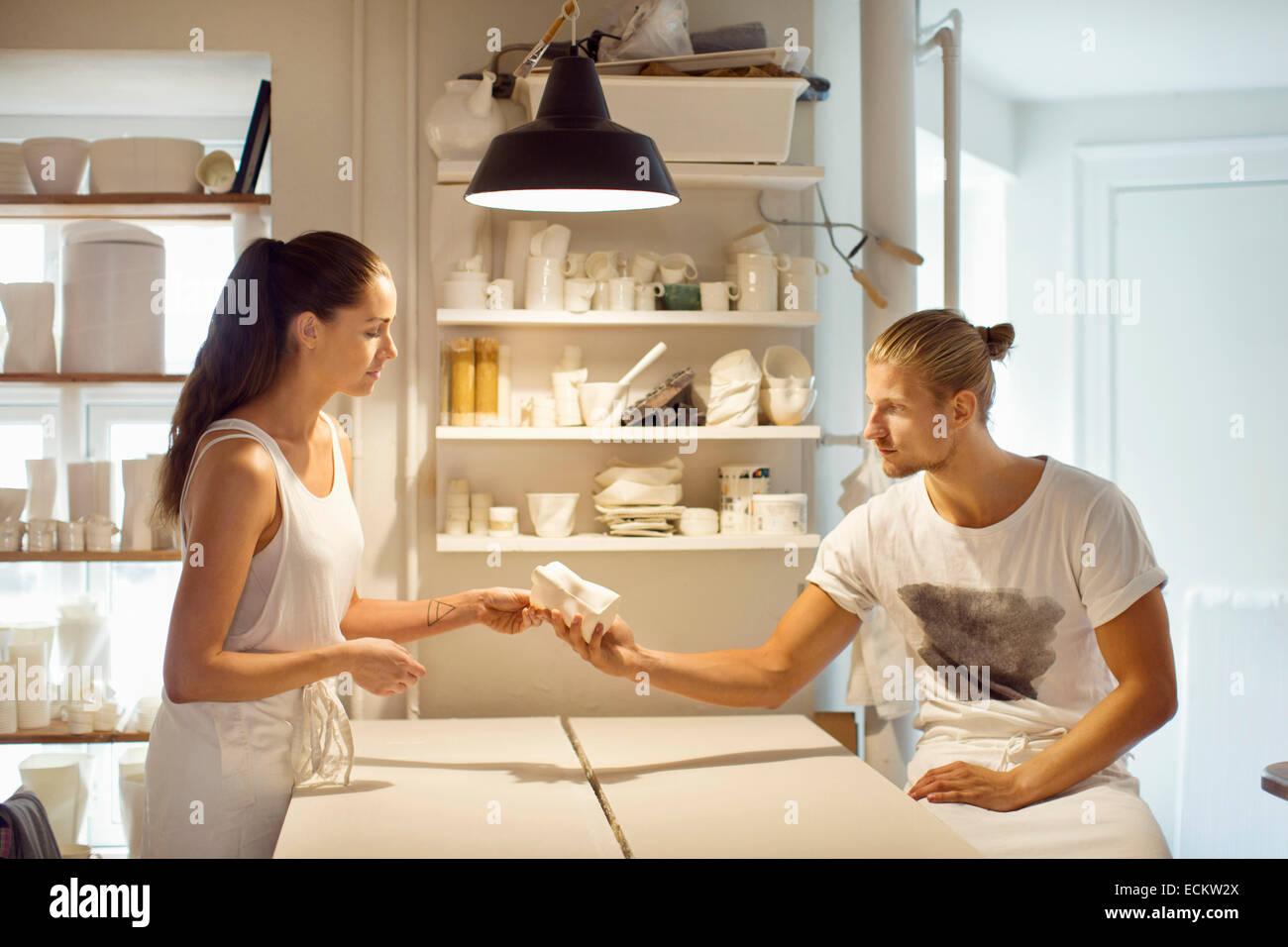 Arbeitnehmer, die betrachten Geschirr in Werkstatt Stockbild