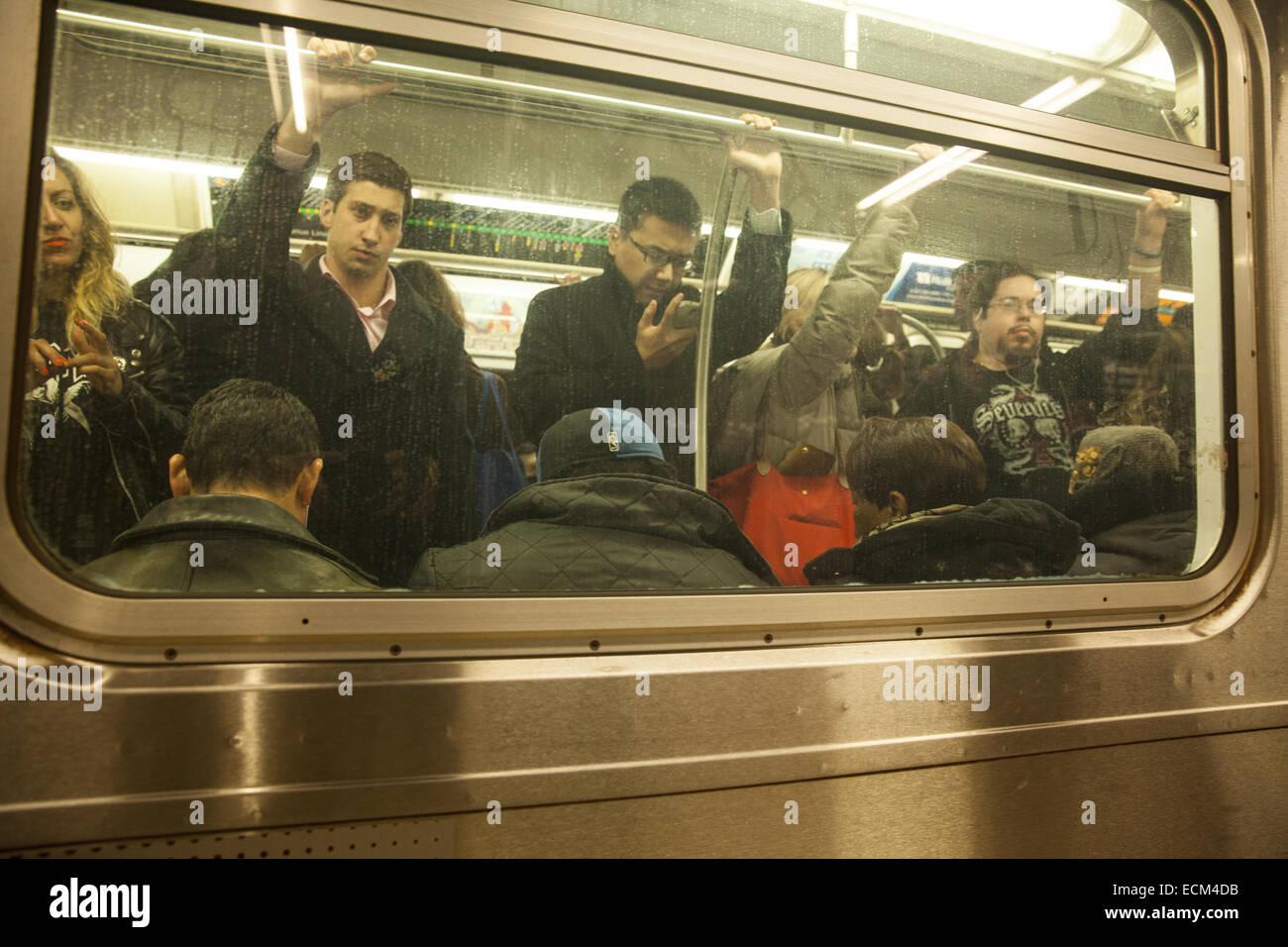 Überfüllten u-Bahn-Wagen im Feierabendverkehr auf der Lexington #6 Linie, Manhattan, NYC Stockbild