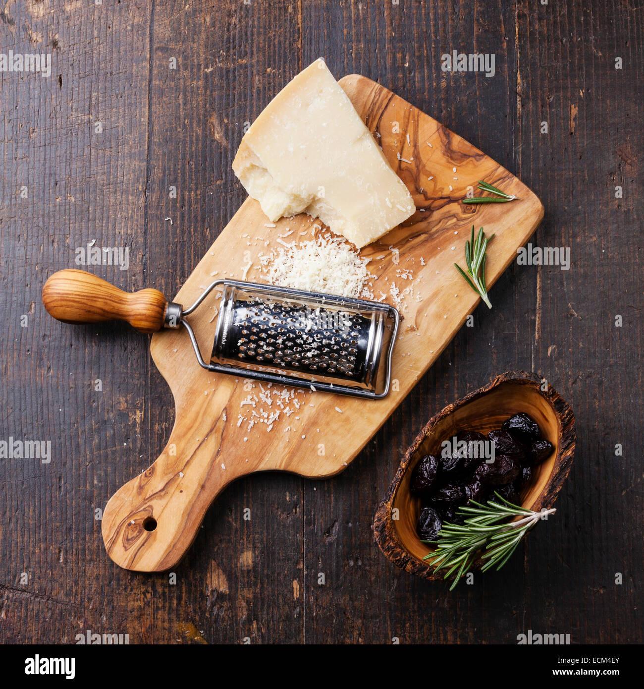 Parmesan-Käse und getrockneten Oliven Oliven Holz Schneidebrett Stockbild