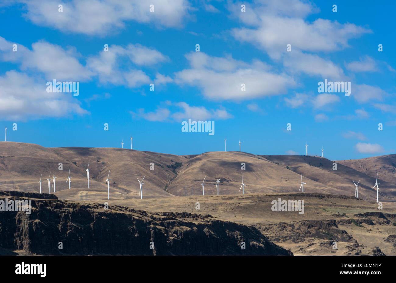 Oregon-Windkraftanlagen in der Nähe von The Dalles auf Autobahn und Berge für grüne Ökologie Stockbild