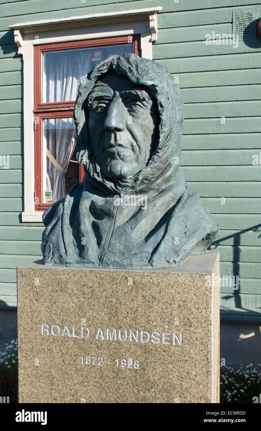 Tromso Norwegen Kreuzfahrt Hurtigruten Explorer Roald Amundsen Statue bei Polar-Museum Stockbild