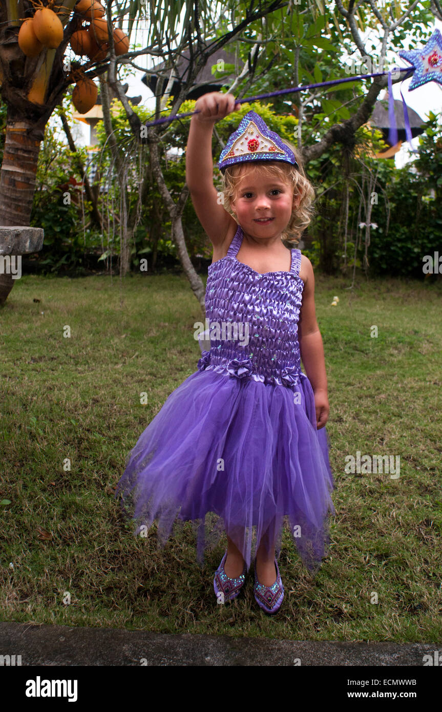 Eine Mädchen verkleidet als Prinzessin mit einem Zauberstab in einem ...