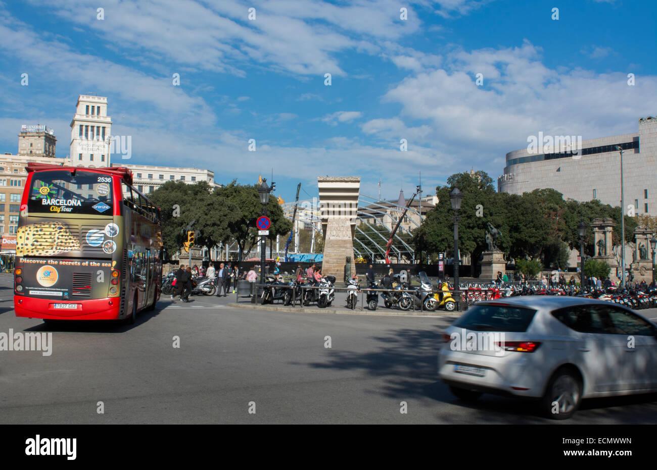 Barcelona-Spanien-Verkehr im Kreis in Innenstadt entfernt Stockbild