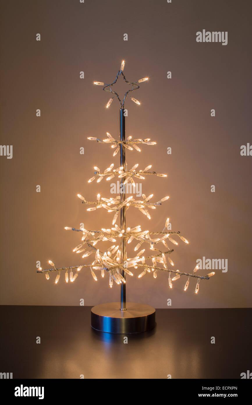 Weihnachtsbaum aus metall mit beleuchtung