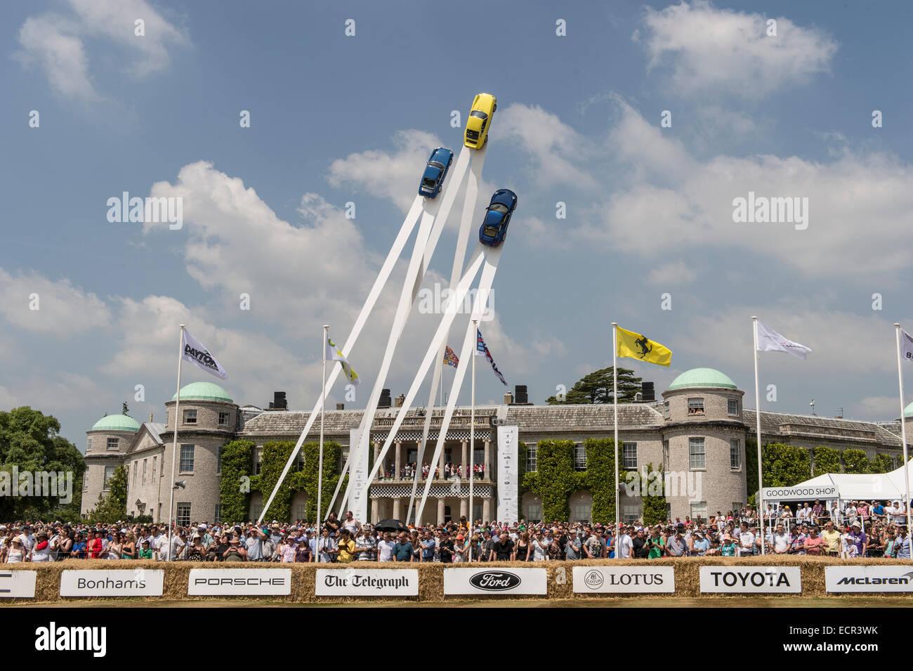 Breite Schuss von Goodwood House während des Festival of Speed Zentraldisplay und Massen Stockbild