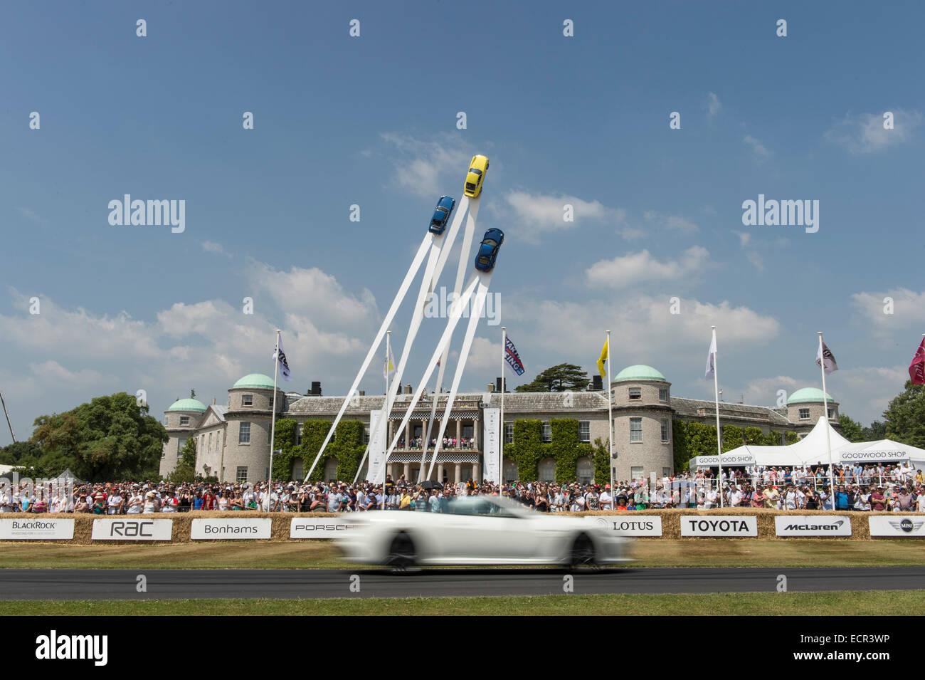 Weitwinkel-Bild von Auto vorbei an Goodwood House auf das Festival of Speed beschleunigt. Das Auto ist verschwommen, Stockbild