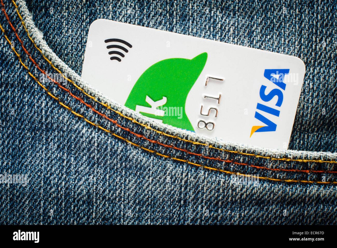 Visa-Kreditkarte mit Paypass-Technologie in Jeans-Tasche. Nur zur redaktionellen Verwendung Stockbild