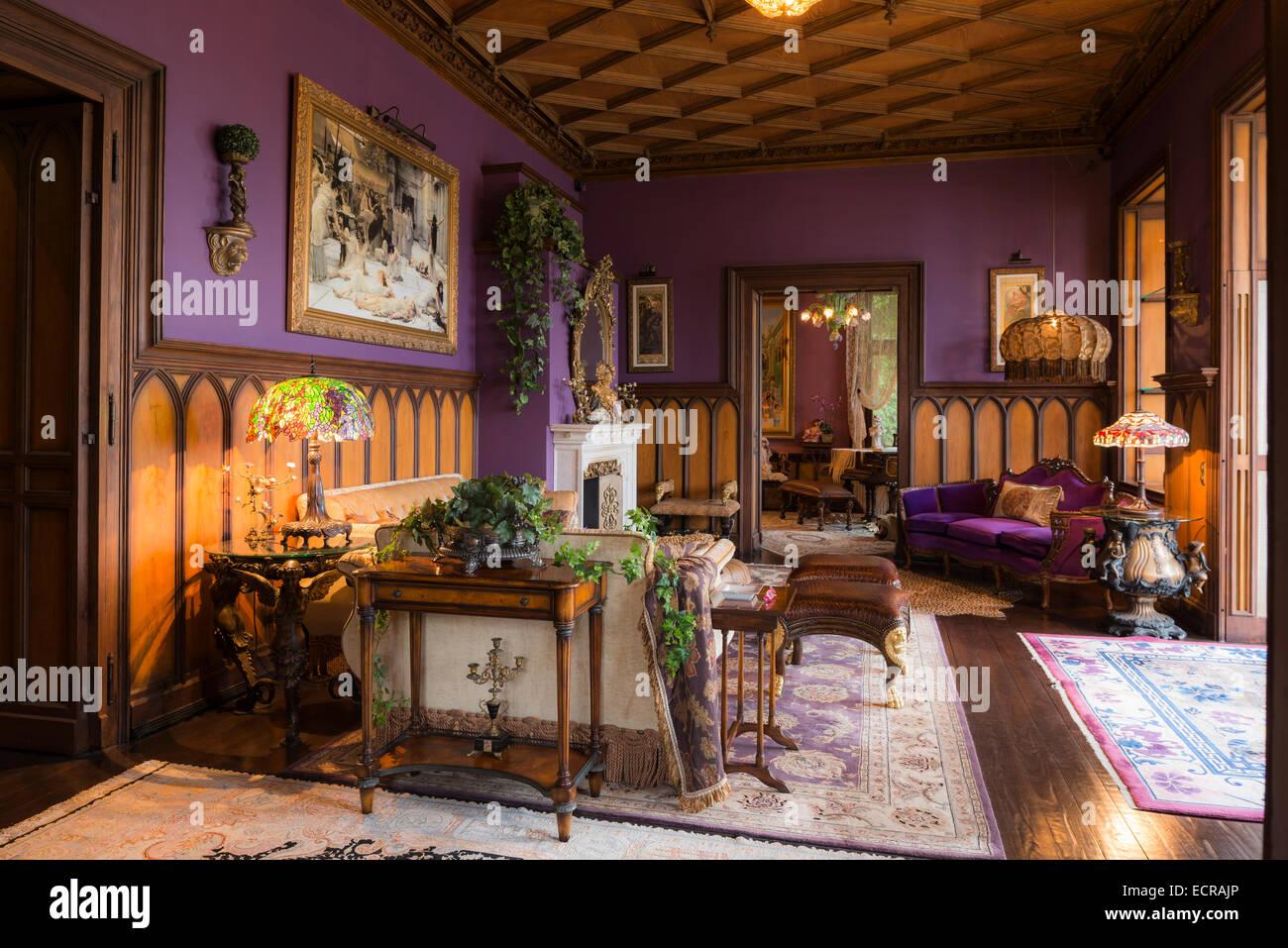 Holz Kassettendecke Im Schloss Wohnzimmer Mit Lila Wanden Und