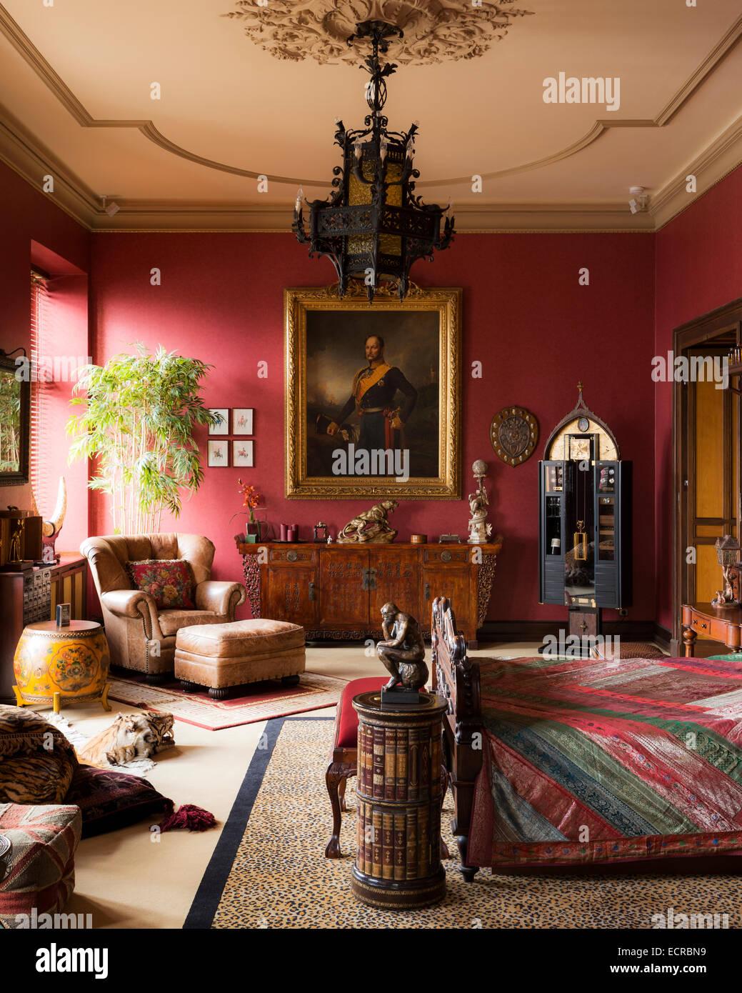 Große rotes Schlafzimmer mit Leopard print Teppich, vergoldete ...