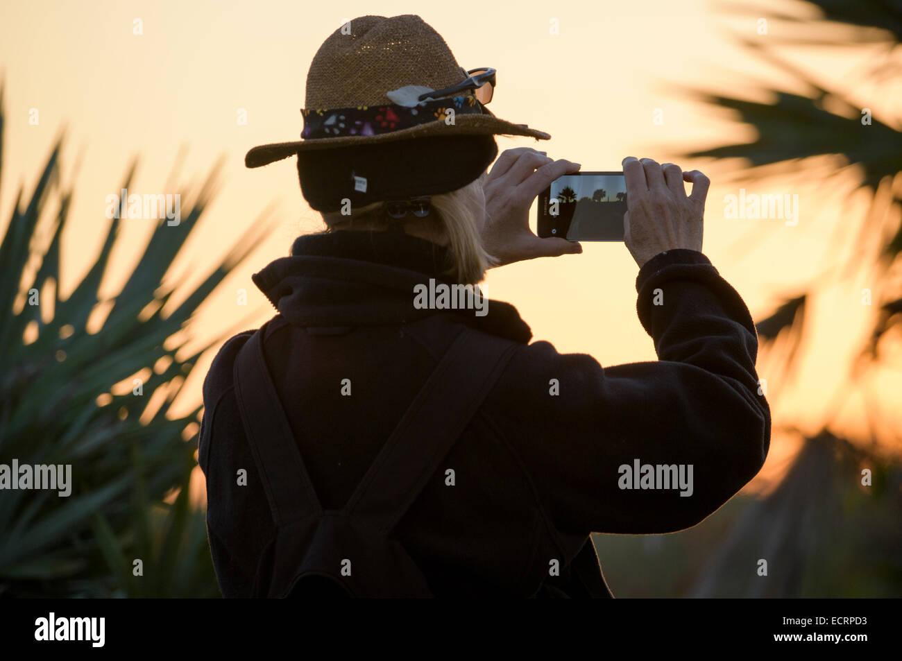 Reife Frau Foto mit Ihrem Smartphone Stockbild